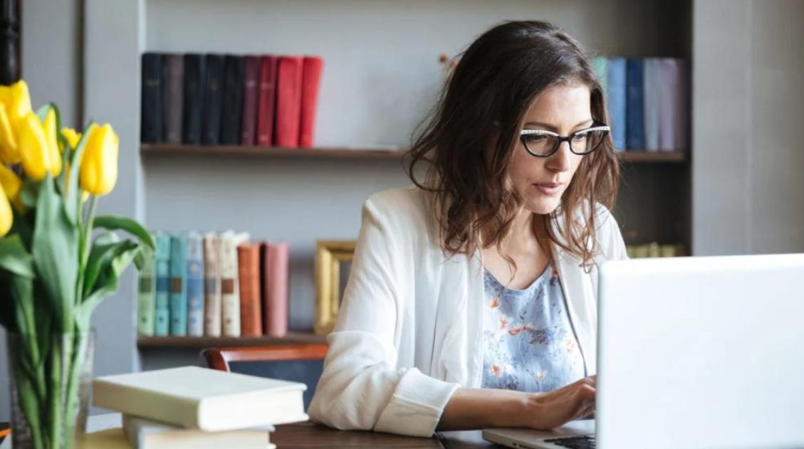 Mujer con laptop. Recursos en línea